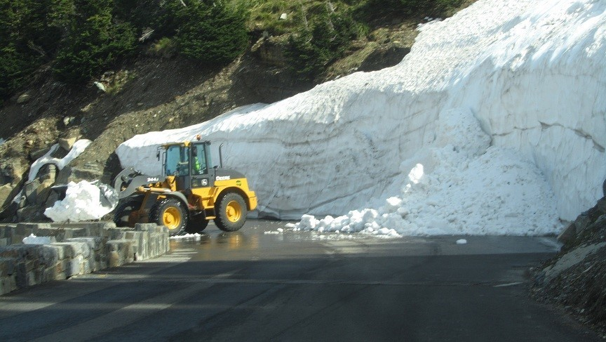 Man, i wish I had his job. He gets to start avalanches by scooping the snow off the road, and dumping it on the people over the cliff. Switch backs are awesome – So Cool!!!