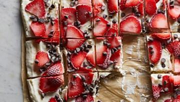 strawberry-chocolate-greek-yogurt-bark
