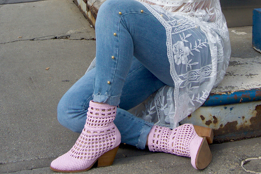 curvy-model-blogger-pink-boots-lace-dress-19
