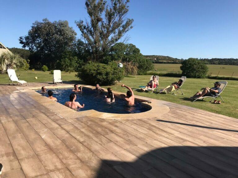 gente disfrutando la piscina un dia de verano en evento social