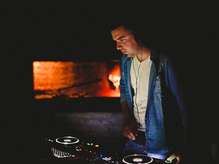 dj pasando musica en evento corporativo