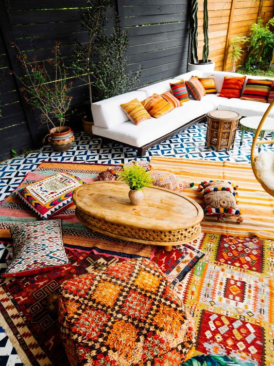 outdoor tablescapes backyard patio decor | pillows layered area rugs | Girlfriend is Better