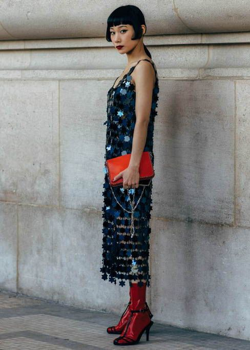 New Year outfit blue sequin mid-length dress red clutch shoes   Girlfriend is Better
