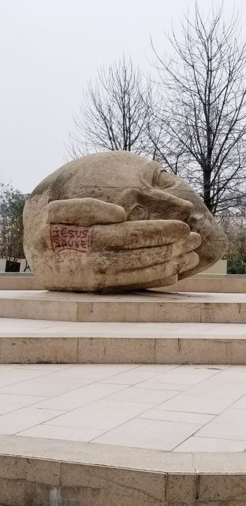 Paris 2nd arrondissement | Ecoute The Listener sculpture Henri Miller graffiti Saint-Eustache Cathedral | Girlfriend is Better