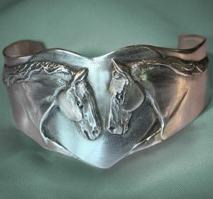 THOROUGHBRED HORSE HEADS HEART BRACELET