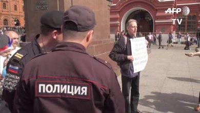 Ativista foi detido por agentes russos (Foto: Reprodução/Twitter)