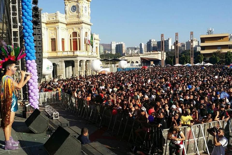 Milhares de pessoas acompanharam o trio elétrico em direção à Praça Raul Soares. (Foto: Divulgação)