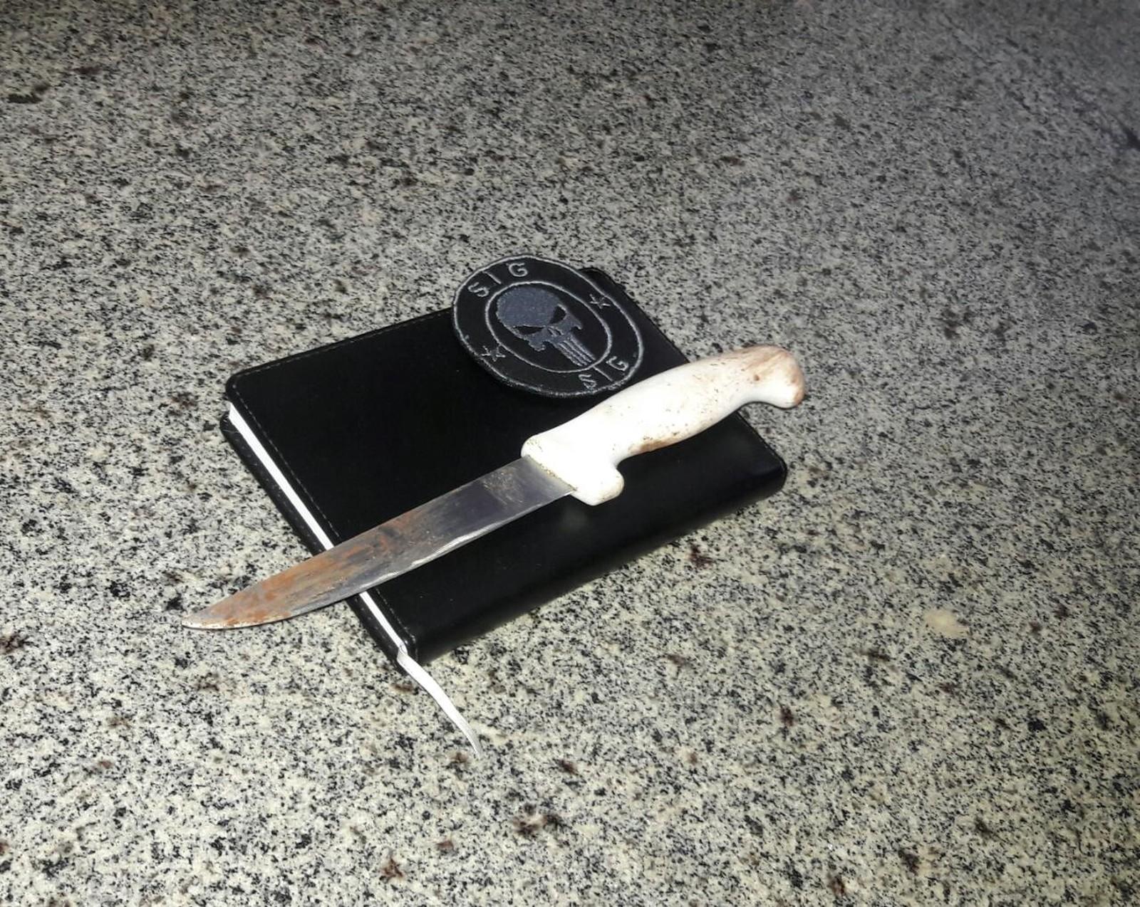 Faca utilizada para matar o cabeleireiro foi apreendida (Foto: Liziane Zarpelon/TV Morena)
