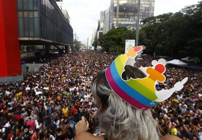 Participante da 21ª Parada LGBT de São Paulo com a coroa arco-íris do Burger King.  (Foto: Cesar Itiberê / Fotos Públicas)