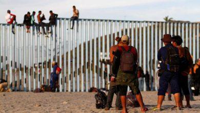 Migrantes se reúnem na fronteira entre o México e os Estados Unidos. (Foto: Jorge Duenes / Reuters)
