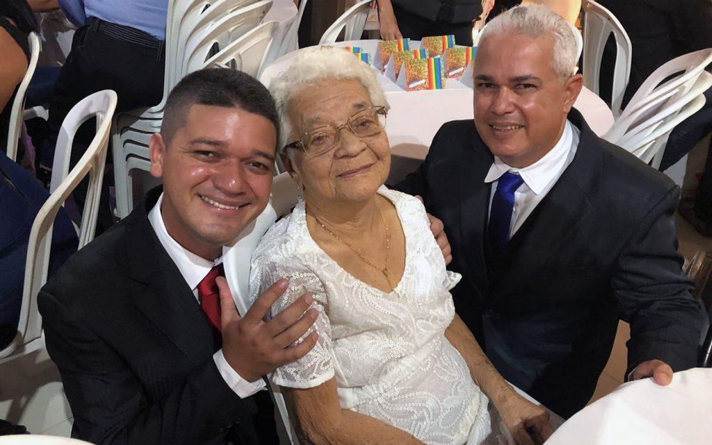 Lourdes, de 90 anos, fez questão de ir ao casamento do neto Danilo (à esquerda) com Múcio (à direita), no Recife. (Foto: Pedro Alves/G1)
