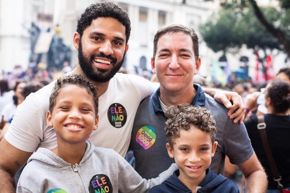 David Miranda e Greenwald moram no Rio e têm dois filhos adotivos, João e Jonathan. (Foto: Reprodução/Facebook)