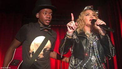 A cantora Madonna com o filho David Banda durante o show surpresa feito por ela no Stonewall em Nova York. (Foto: Reprodução/Twitter)