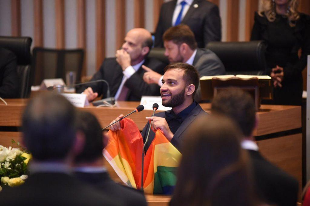 Fábio Felix no discurso de posse com a bandeira do arco-íris. (Foto: Alexandre Bastos)