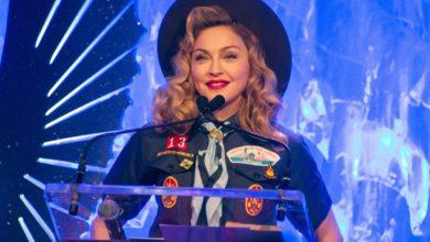Madonna vestida de escoteira, para protestar contra a proibição (revogada desde então) da organização dos Escoteiros da América à presença de escoteiros e líderes de escoteiros gays. (Foto: Reprodução)
