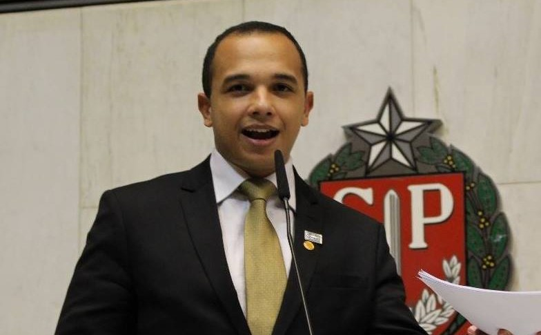 O deputado Douglas Garcia (PSL) fez um discurso transfóbico na Alesp. (Foto: Reprodução/Facebook)