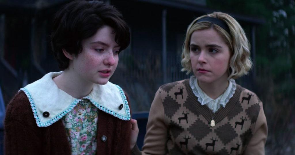 Lach Watson e Kiernan Shipka em O Mundo Sombrio de Sabrina. (Foto: Divulgação/Netflix)