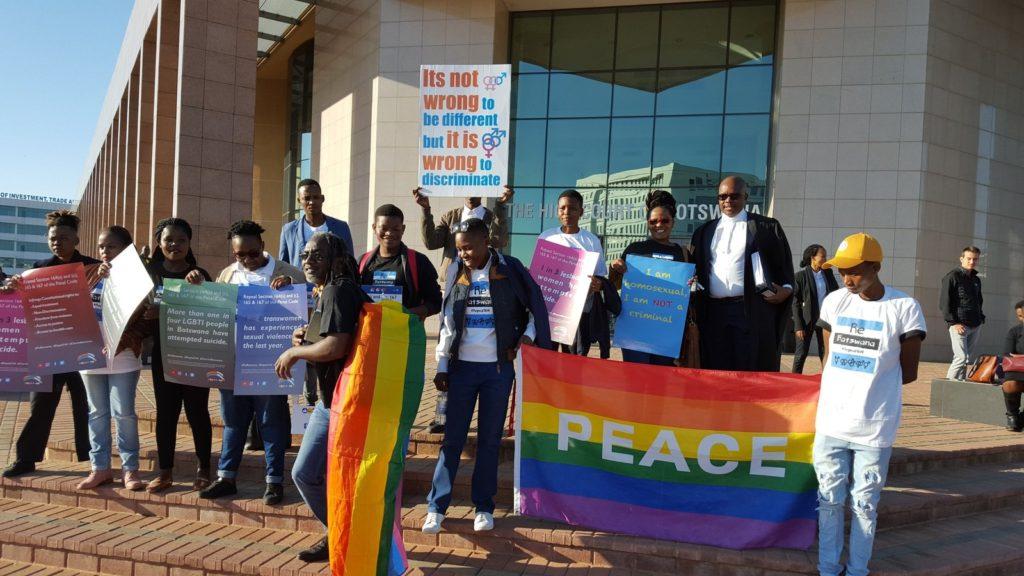 Integrantes da comunidade LGBT foram à porta do tribunal em Gaborone, capital de Botsuana, nesta terça-feira (11), dia em que a corte decidiu descriminalizar relações entre pessoas do mesmo sexo no país. (Foto: Legabibo/Salc/Twitter)