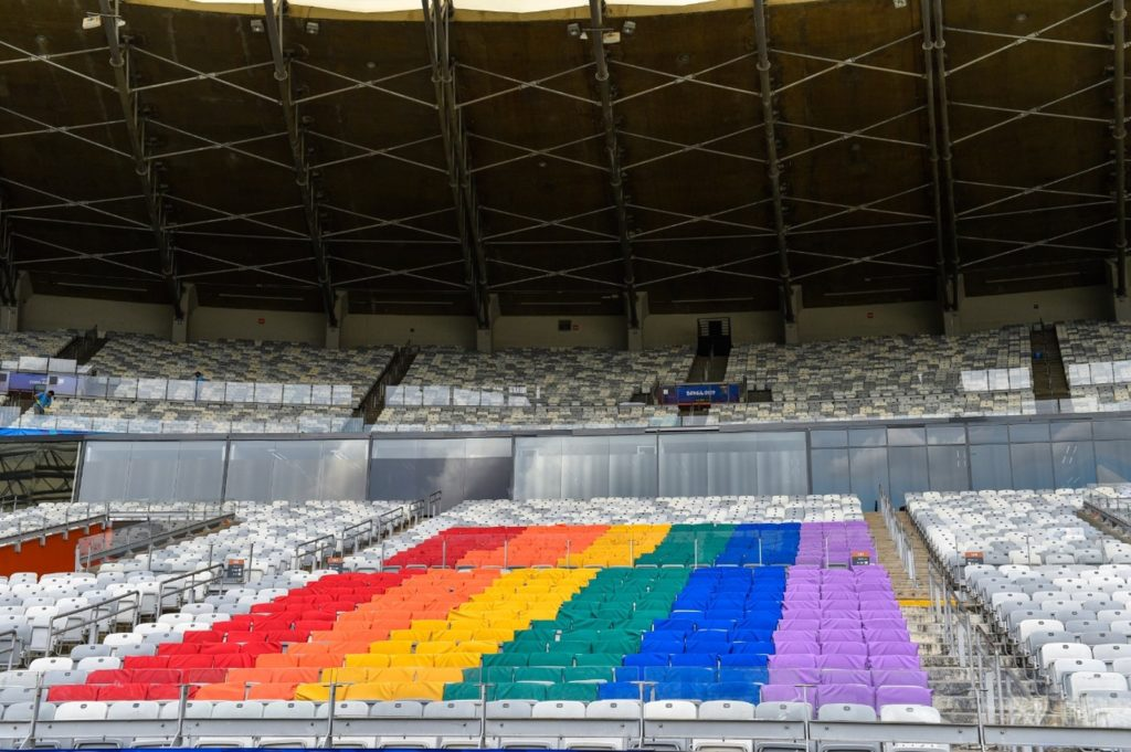 Cadeiras do Mineirão cobertas com as cores da bandeira LGBT. (Foto: Divulgação/Mineirão)