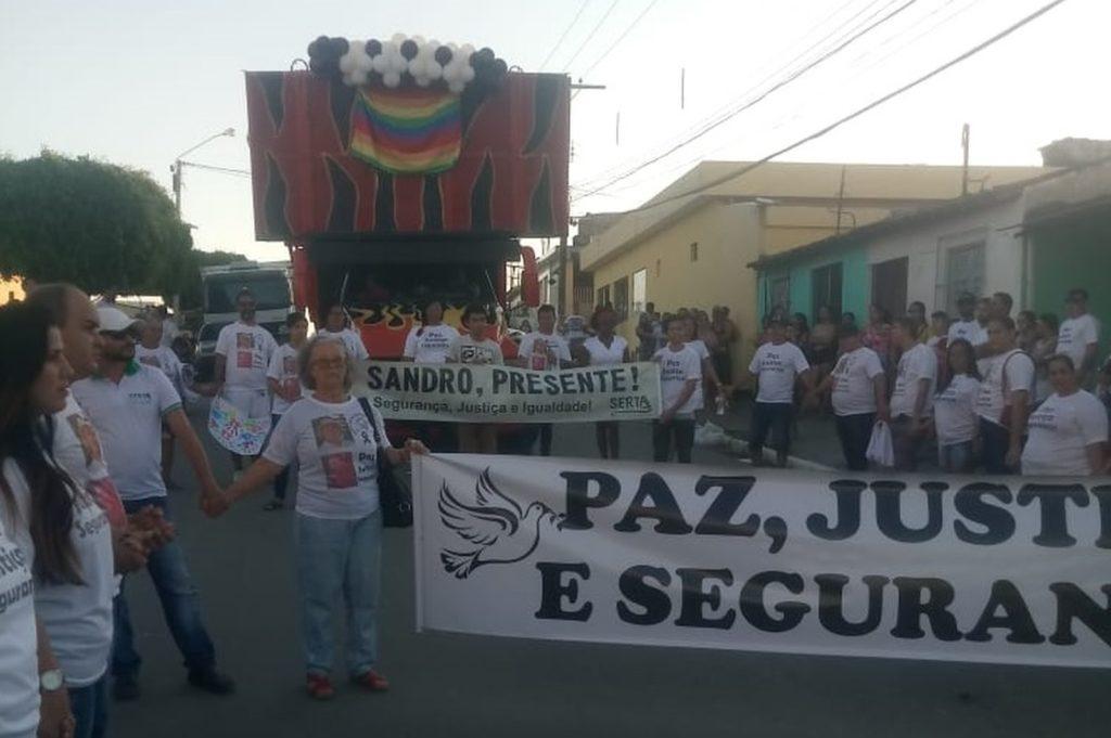 Ato em homenagem ao professor achado morto foi realizado em Pombos, na Zona da Mata de Pernambuco, neste domingo, 7. (Foto: Fran Sete Cores/Divulgação)
