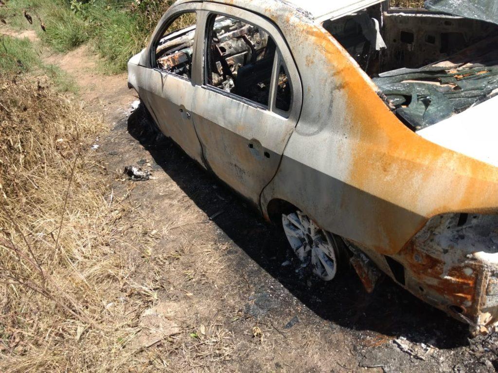 Carro do professor Sandro Cipriano foi encontrado carbonizado às margens da BR-232. (Foto: Reprodução/WhasApp)