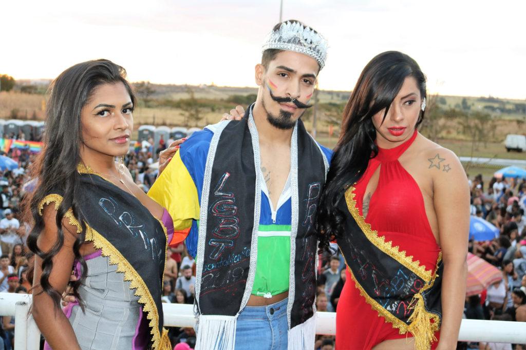 Durante a 8ª Parada LGBT de Santa Maria, foram coroadas a Princesa Mirella Roche, à esquerda, o Príncipe Junior Carlos, no centro, e a Madrinha Amanda Almeida, do lado direito. (Foto: Ernane Queiroz/Gay1)