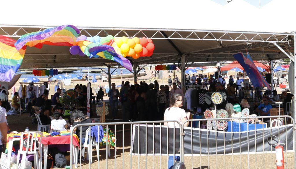 Mais de trinta expositores com produtos e serviços valorizaram a economia criativa na Feira LGBT de Brasília. (Foto: Ernane Queiroz/Gay1)