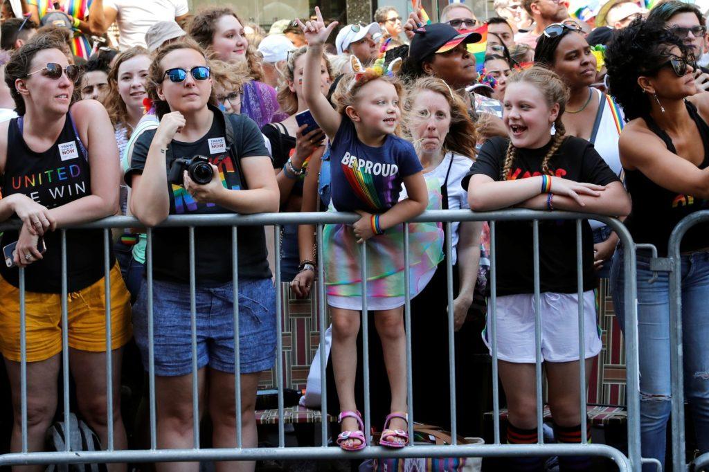 Crianças observam e incentivam a parada em Nova York. (Foto: Jeenah Moon/Reuters)