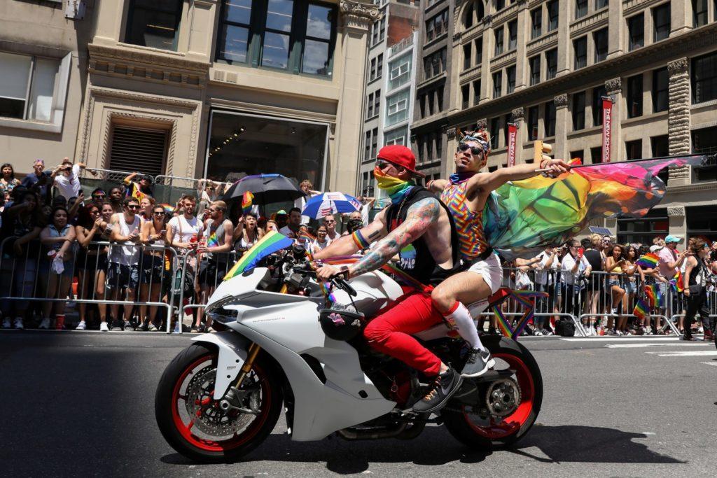 Participantes da Parada de Nova York. (Foto: Brendan McDermid/Reuters)