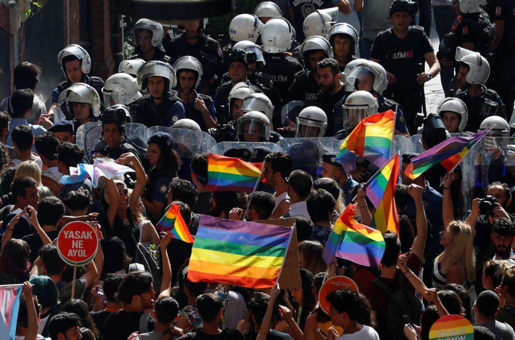 No centro de Istambul, a polícia impede a Parada do Orgulho LGBT de prosseguir. (Foto: Murad Sezer/Reuters)