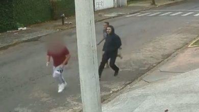 Jovem foi perseguido por dois dos três homens que teriam o agredido em Goiânia, Goiás. (Foto: Reprodução/TV Anhanguera)