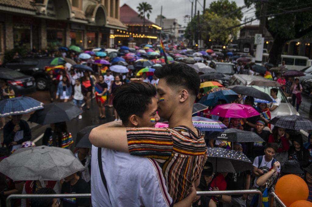 Matt Ezekiel, à esquerda, e Fritz Daniel Aguirre, à direita, na Parada do Orgulho LGBT de Manila, na Filipinas, no sábado. (Foto: Jes Aznar / Getty Images)