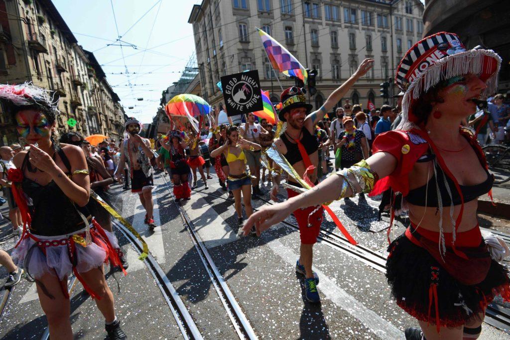 Italianos comemorando na Parada LGBT de Milão. (Foto: Miguel Medina / Agência France-Presse - Getty Images)