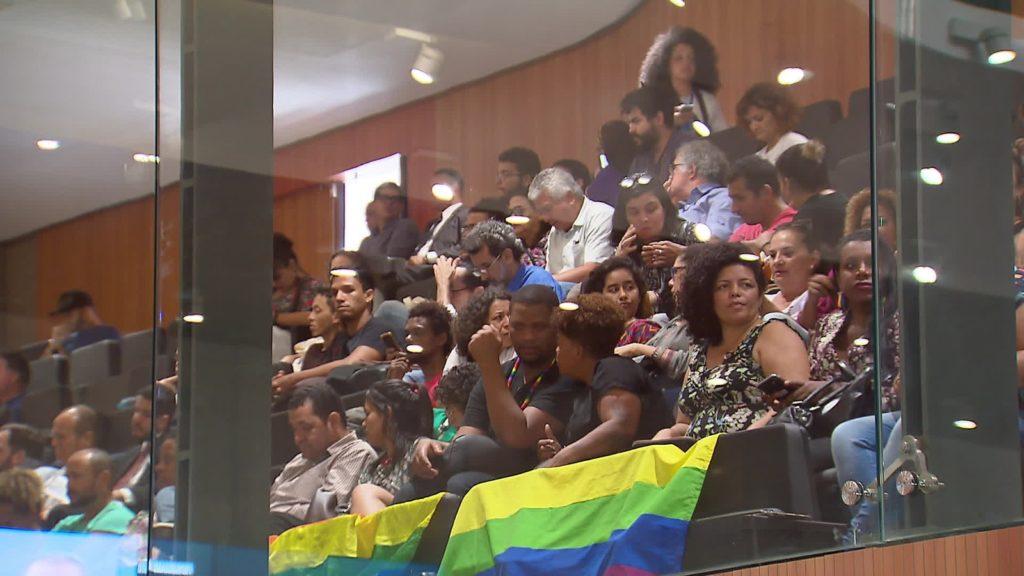Militantes LGBT compareceram à Alepe para pedir justiça pela morte do professor Sandro Cipriano. (Foto: Reprodução/TV Globo)