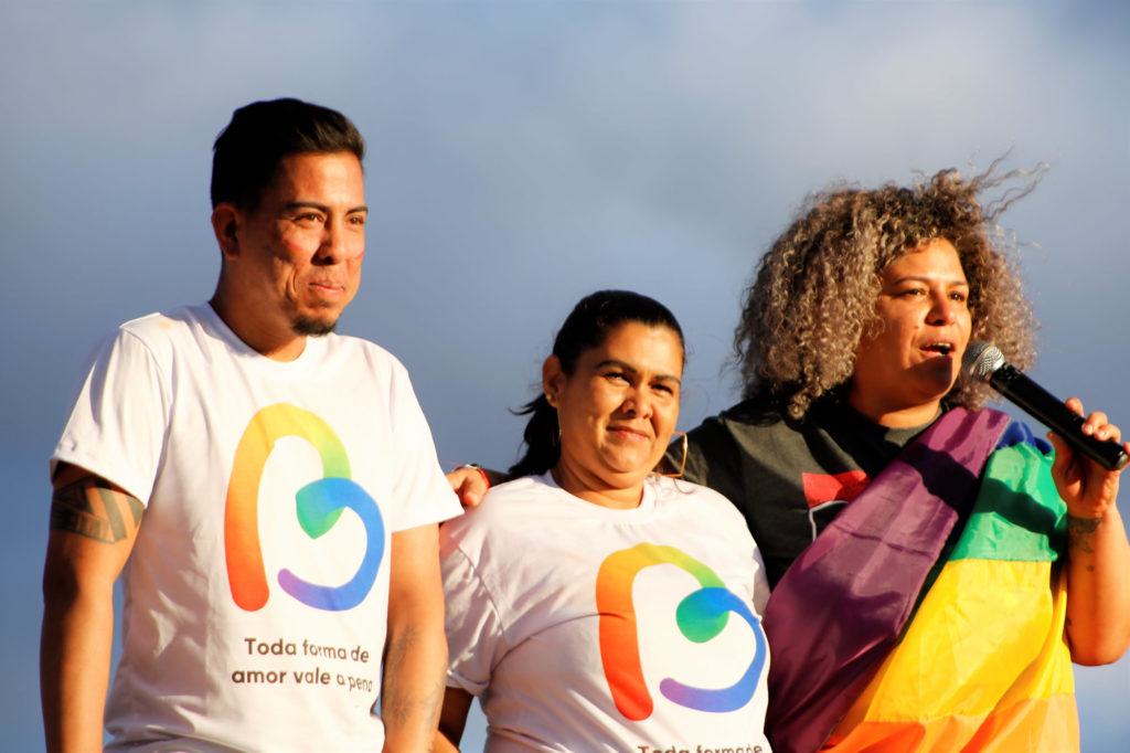 O ativista e presidente da JUDIH-LGBT, Maurício Martins, ao lado de sua mãe, no centro. (Foto: Ernane Queiroz/Gay1)