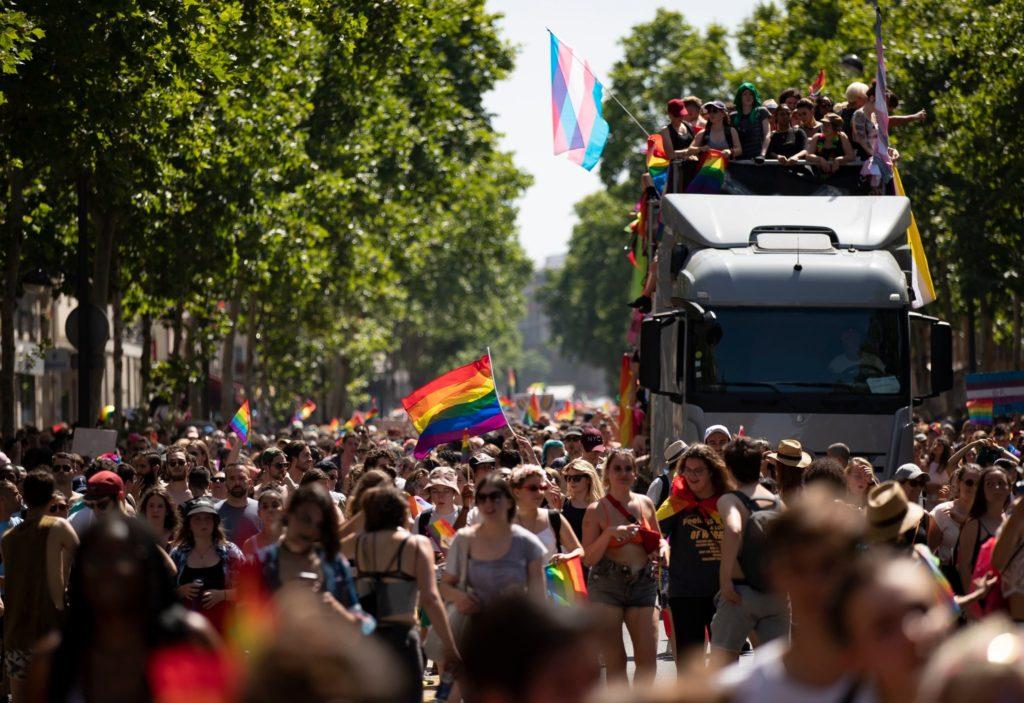 Milhares de pessoas nas ruas quentes de Paris, durante a Parada do orgulho LGBT. (Foto: Ian Langsdon / EPA, via Shutterstock)