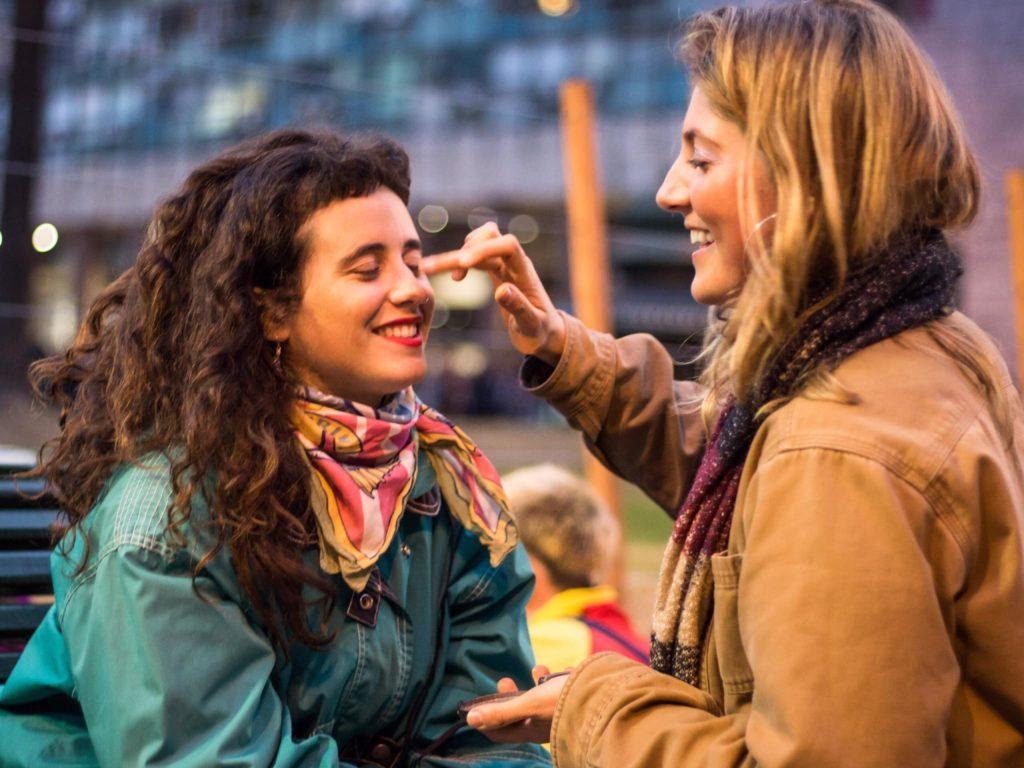 Participantes pintam o rosto durante a Marcha Pela Diversidade em Montevidéu, no Uruguai. (Foto: MediaRed)