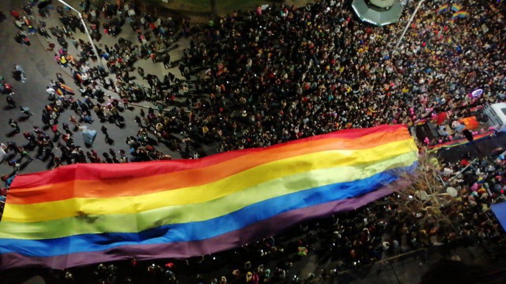 Milhares participam da Marcha Pela Diversidade em Montevidéu, no Uruguai nesta sexta-feira, 27. (Foto: MediaRed)