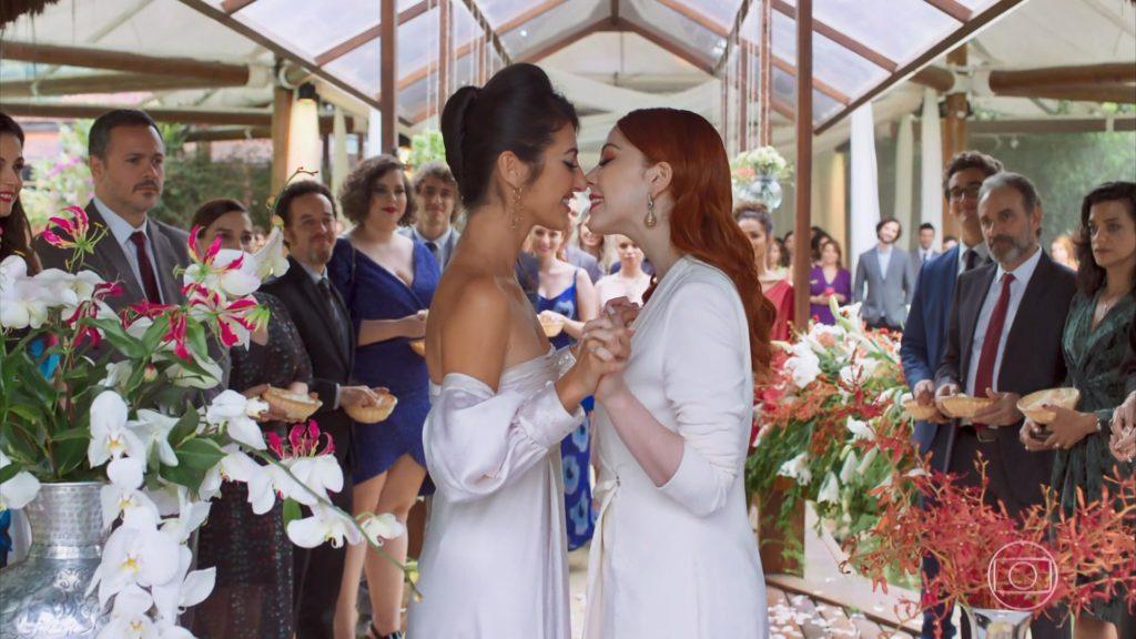 O casal Valéria (Bia Arantes) e Camila (Anajú Dorigon) durante casamento em Órfãos da Terra. (Foto: Reprodução/TV Globo)
