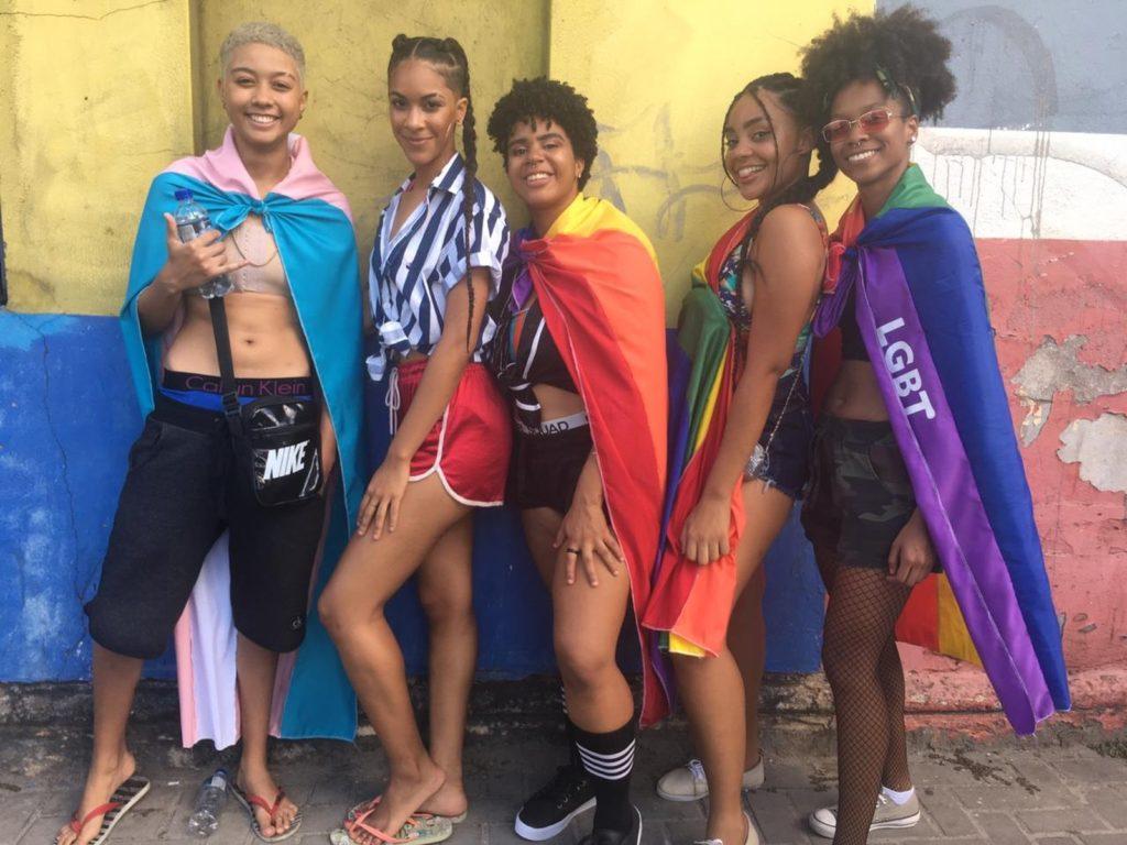 Amigxs curtem juntxs a Parada LGBT de Salvador. (Foto: João Souza)