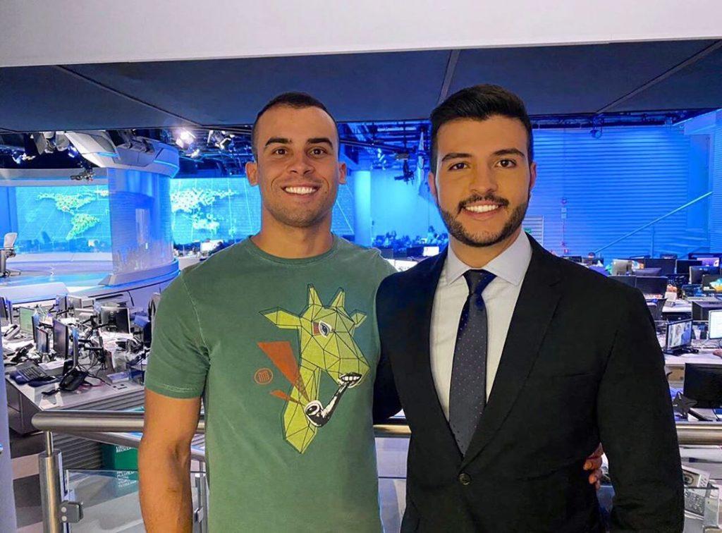 O jornalista Matheus Ribeiro, da TV Anhanguera, com o namorado, Yuri, no estúdio do Jornal Nacional. (Foto: Reprodução/Instagram)