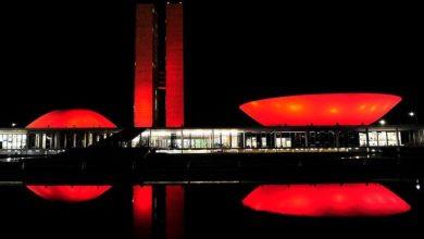 Congresso Nacional iluminada na cor vermelha. (Foto: Agência Senado)