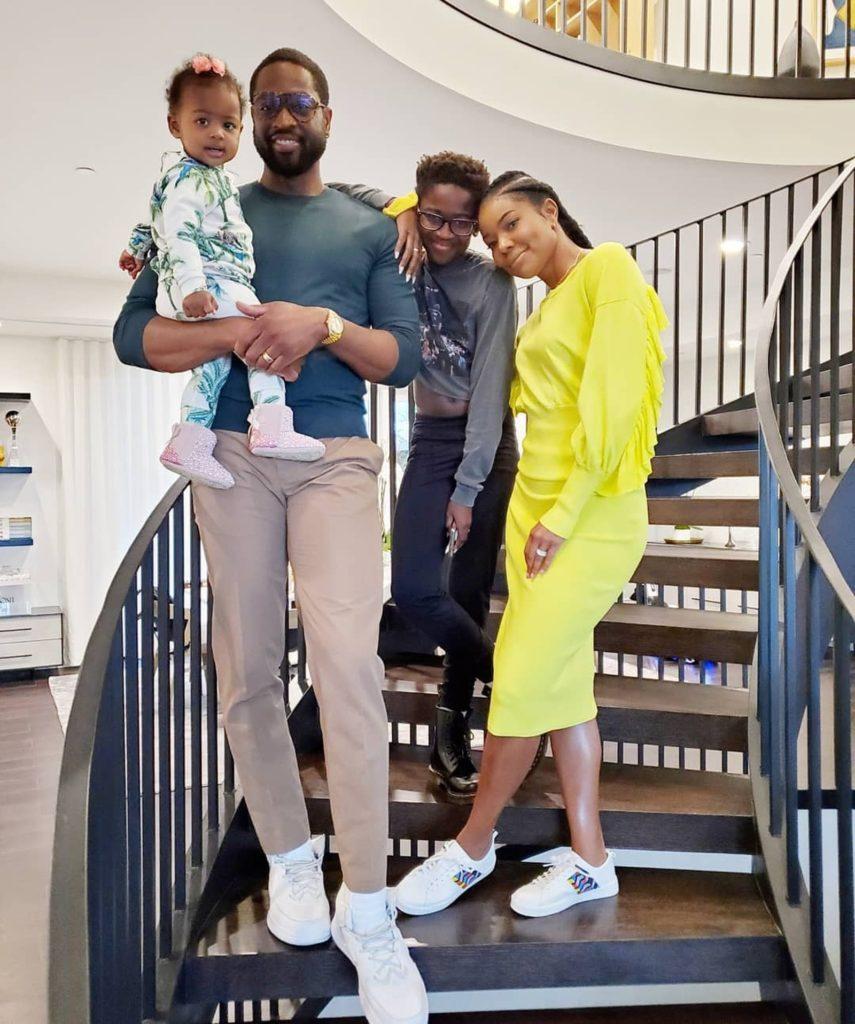 """Wade recebeu muitas mensagens nas redes sociais depois que sua esposa postou uma foto de sua família com Zion usando roupas e artefatos considerados """"femininos"""". (Foto: Reprodução/Instagram)"""