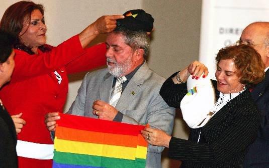 Fernanda Benvenutty coloca boné com as cores do arco íris em Lula na primeira Conferencia Nacional LGBT. (Foto: Reprodução)