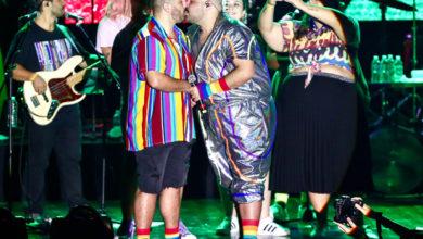 Tiago Abravanel beija o marido durante Bloco do Abrava. (Foto: Manuela Scarpa / Brazil News)