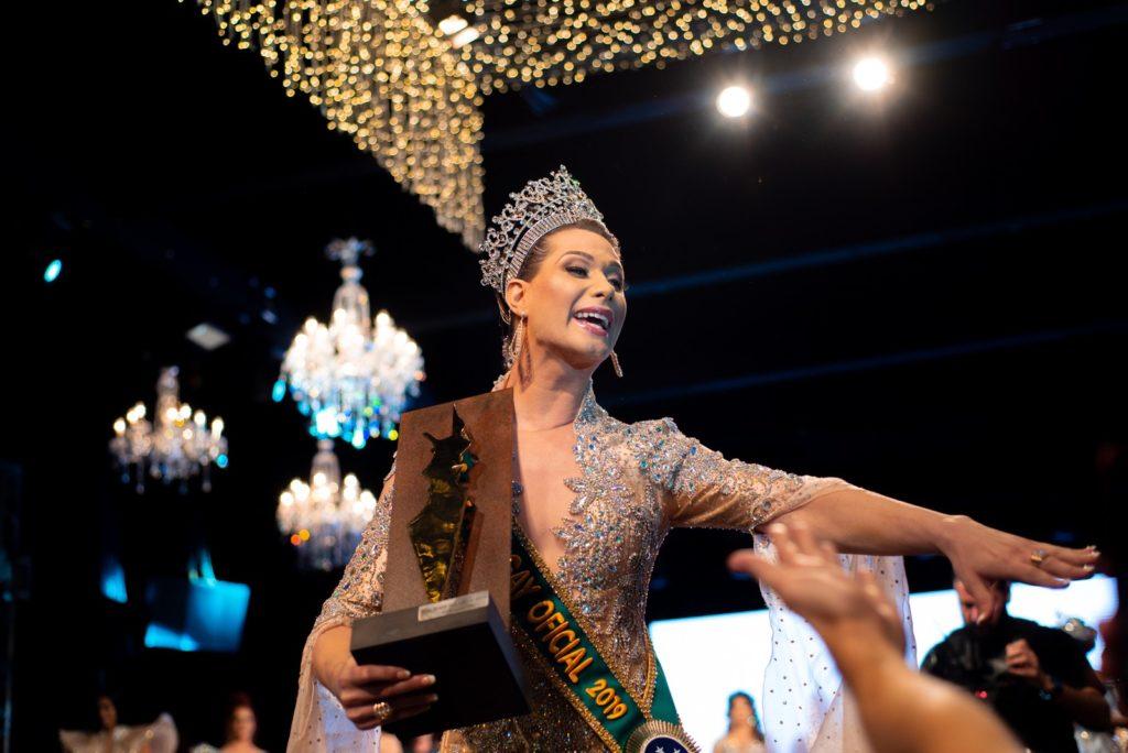 Miss Brasil Gay 2019, Antonia Gutierrez comemora a vitória com o público. (Foto: Luciano Lima Jr/Divulgação)