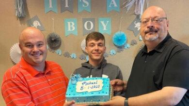 Casal gay oficializa adoção de filho em videoconferência com juíza. (Foto: Reprodução/Facebook)