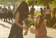 A enfermeira Alyssa Kayhill pede a namorada, Anhlinh Trinh, em casamento. (Foto: Reprodução/YouTube)