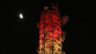 A torre da antena no prédio da Vivo na Av. Chucri Zaidan, Zona Sul de São Paulo está iluminada com as cores do arco íris. (Foto: Divulgação)