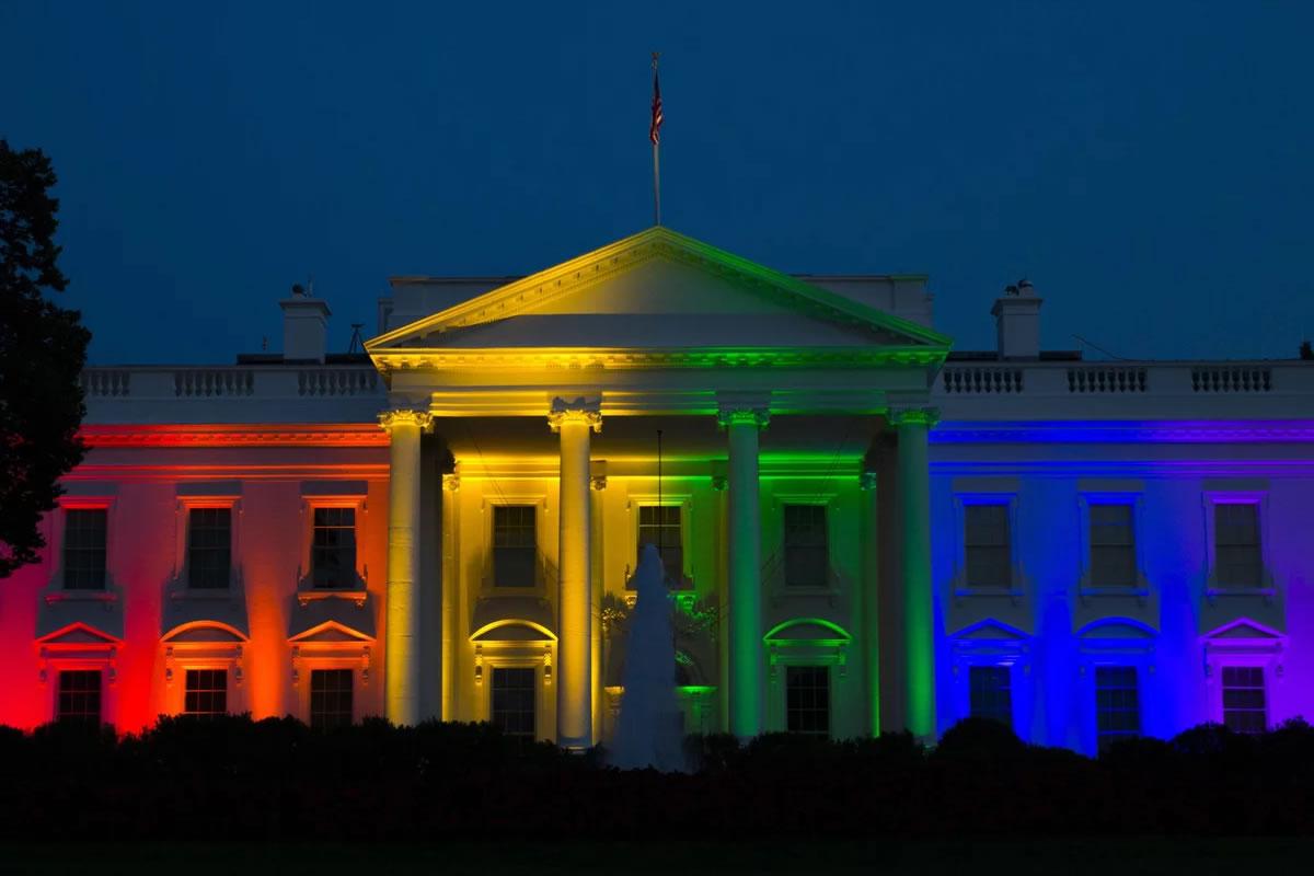 Casa Branca é iluminada com as cores do arco-íris após decisão da Suprema Corte dos EUA legalizar o casamento igualitário. (Foto: Evan Vucci / AP)